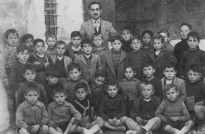 D. Víctor Haro Torres con sus alumnos (ca. 1950)