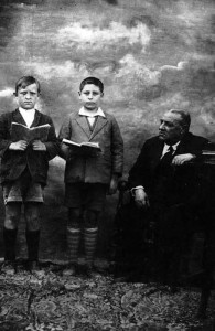 Anselmo Arias y Fernando Fernández de Avila, con su maestro D. Juan Manuel. Año 1932.