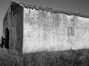 Foto actual. Aquí estuvo la escuela, acondicionada con suelo de baldosas y paredes encaladas...